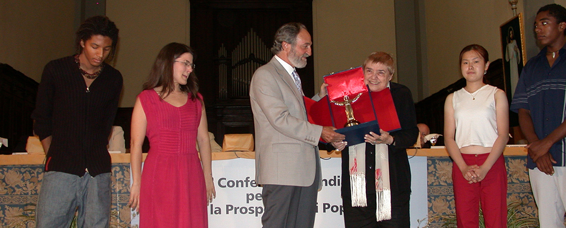 The writer and essayist Fernanda Pivano receives the Award from the hands of President Pier Franco Marcenaro
